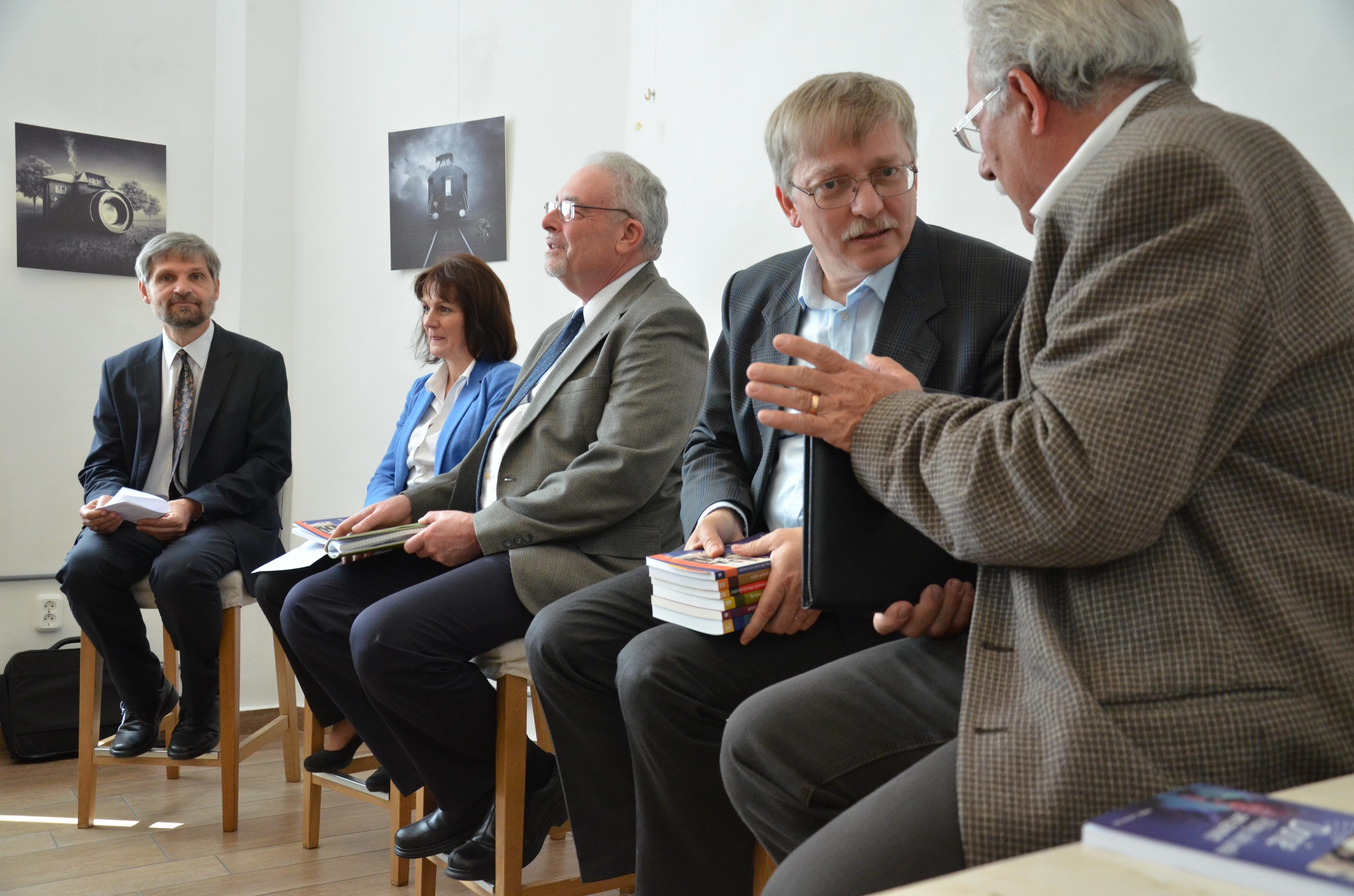 A könyvbemutató előadói (balról jobbra): Bödő Sándor, a Nyitott Szív program vezetője; Tapolyai Emőke pszichológus; Mark Bonham, az Open Hearts Ministry vezetője; Herjeczki Kornél, a Harmat Kiadó igazgatója.